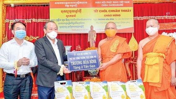 Phó Thủ tướng Thường trực Trương Hòa Bình tặng chư tăng và đồng bào Kh'mer 2 tấn gạo