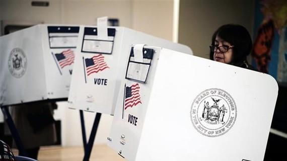 Cử tri bỏ phiếu tại điểm bầu cử Quốc hội giữa nhiệm kỳ tại Manhattan, New York (Mỹ) ngày 6/11/2018. Ảnh: TTXVN