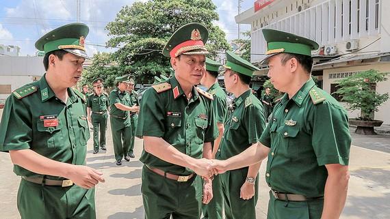 Trung tướng Ngô Minh Tiến thăm hỏi cán bộ, chiến sĩ Bộ đội biên phòng TPHCM