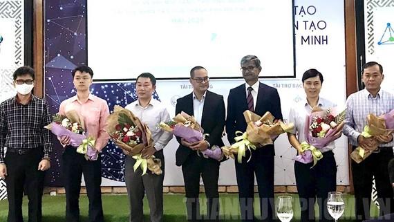 Đại diện Ban Tổ chức tặng hoa cho các đơn vị tài trợ cuộc thi. Ảnh: Thanhuytphcm
