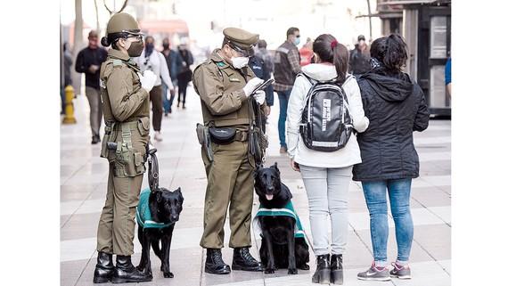 Cảnh sát kiểm tra thông tin của người dân trên đường phố Santiago, Chile