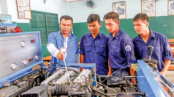 Thầy Nguyễn Quốc Đoàn giảng dạy bằng mô hình giúp học viên nắm kiến thức chắc hơn. Ảnh: THU HƯỜNG
