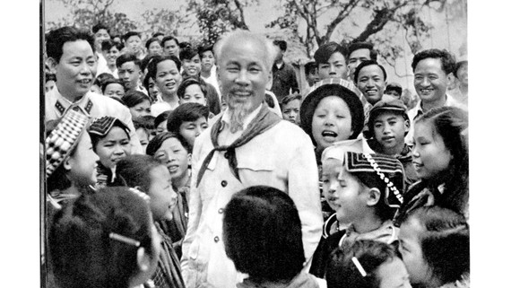 Bác Hồ với các cháu thiếu nhi vùng cao Việt Bắc 1960. Ảnh: Tư liệu