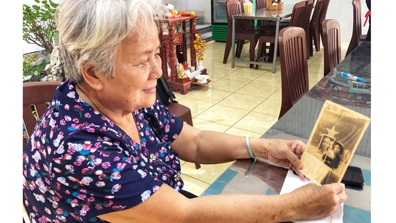 Bà Hạnh và tấm ảnh lúc khai giảng năm học đầu tiên trên đất Bắc, khi được chọn là đại biểu học sinh miền Nam phát biểu cảm tưởng