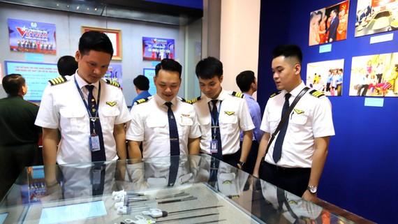 Các chiến sĩ tham quan trưng bày tại Bảo tàng Lịch sử quốc gia. Ảnh: MAI AN