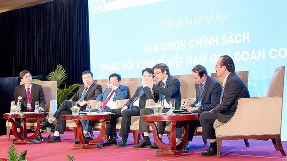 """Các chuyên gia thảo luận tại hội thảo """"Lựa chọn chính sách phục hồi kinh tế Việt Nam giai đoạn Covid-19"""""""