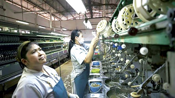 Công nhân làm việc trong một nhà máy ở Thái Lan