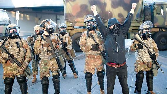 Lực lượng Vệ binh Quốc gia trên đường phố bang Minnesota