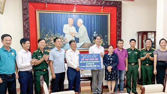 Đoàn công tác TPHCM trao bảng tượng trưng tặng số tiền 500 triệu đồng hỗ trợ tỉnh Kon Tum