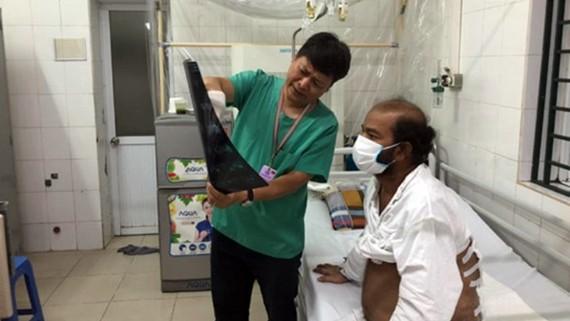 Bệnh nhân quốc tịch Sri Lanka trong quá trình điều trị tại Bệnh viện Hữu nghị Việt Đức. Ảnh: PV/Vietnam+