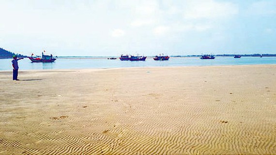 Cát bồi lắng tại khu vực cảng cá Cửa Sót, tỉnh Hà Tĩnh. Ảnh: DƯƠNG QUANG