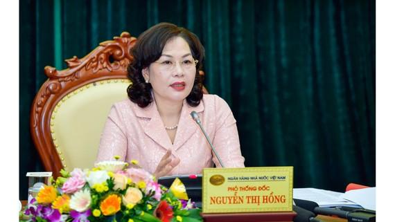 Phó Thống đốc NHNN Nguyễn Thị Hồng trao đổi thông tin với báo chí. Ảnh: VGP