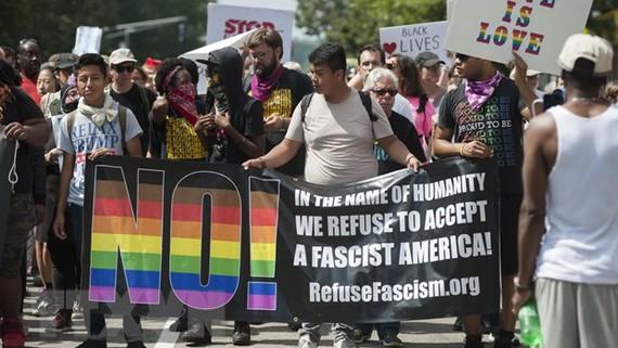 Người dân tuần hành chống phân biệt chủng tộc, ở thành phố Boston ngày 19/8. Nguồn: TTXVN