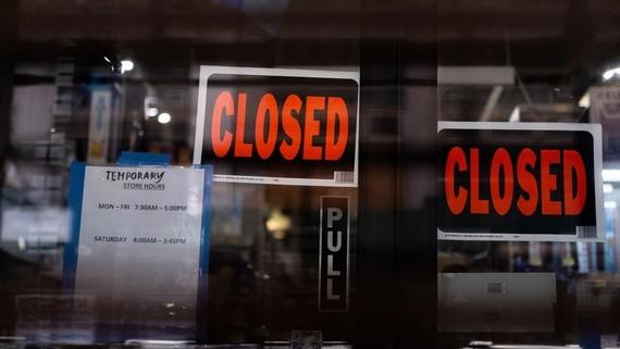 Một cửa hàng phải đóng cửa do lệnh phong tỏa nhằm chống dịch Covid-19 tại Manhattan, New York, Mỹ. Ảnh: Reuters