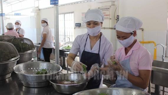 Khu vực chế biến thức ăn của một trường học. Ảnh minh họa: Đan Như/Thanhuytphcm.vn