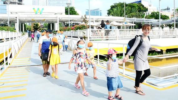 Du khách tham quan, khám phá các điểm du lịch tại TPHCM vào đầu tháng 6-2020