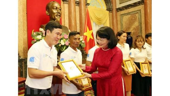 Phó Chủ tịch nước Đặng Thị Ngọc Thịnh tặng ảnh chân dung Chủ tịch Hồ Chí Minh cho các gia đình tiêu biểu năm 2020. Ảnh: Dương Giang/TTXVN