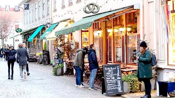 Người dân Thụy Điển nghiêm túc thực hiện giãn cách xã hội trên đường phố Stockholm