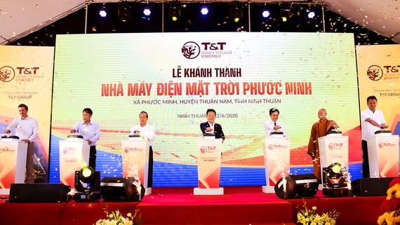 Thứ trưởng Bộ Công thương Cao Quốc Hưng và Chủ tịch HĐQT kiêm TGĐ Tập đoàn T&T Group Đỗ Quang Hiển cùng các đại biểu thực hiện nghi lễ khánh thành
