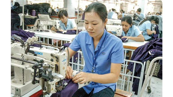 Hàng dệt may là những ngành có lợi thế nhất khi EVFTA có hiệu lực. Ảnh: ĐỨC THIỆN