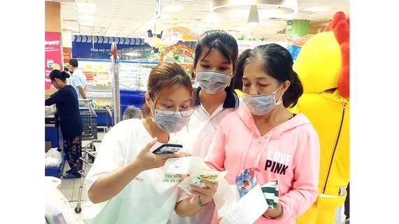 Các tình nguyện viên hỗ trợ người tiêu dùng tiếp cận sản phẩm xanh