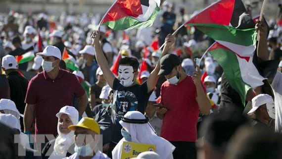 Người dân Palestine tuần hành phản đối kế hoạch hòa bình Trung Đông của Mỹ tại Jericho ngày 22-6-2020. Ảnh: TTXVN