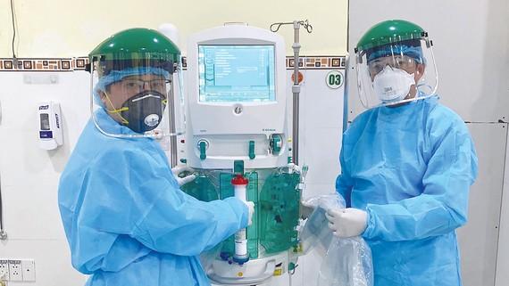 Các bác sĩ Bệnh viện Chợ Rẫy được tăng cường hỗ trợ Bệnh viện Đà Nẵng điều trị bệnh nhân mắc Covid-19. Ảnh: THÀNH SƠN