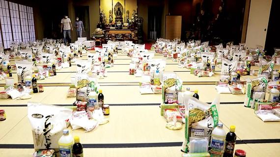 Các tình nguyện viên chuẩn bị nhu yếu phẩm cho người đến tá túc ở chùa Nisshinkutsu. Ảnh: Reuters
