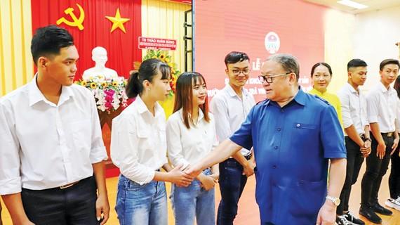 Ông Thào Xuân Sùng, Chủ tịch Hội Nông dân Việt Nam, chúc mừng những hội viên - sinh viên mới ở Trà Vinh