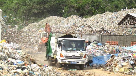 Rác thải chất thành núi tại khu vực Bãi Nhát, huyện Côn Đảo