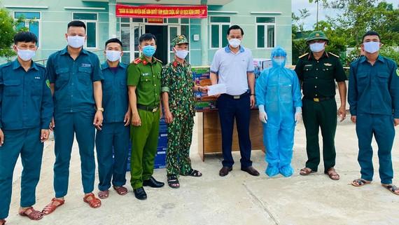 Anh Hà Văn Tự (áo thun trắng) trong 1 đợt trao tặng khẩu trang và thiết bị y tế tại Quảng Nam. Ảnh: ANH TRẦN