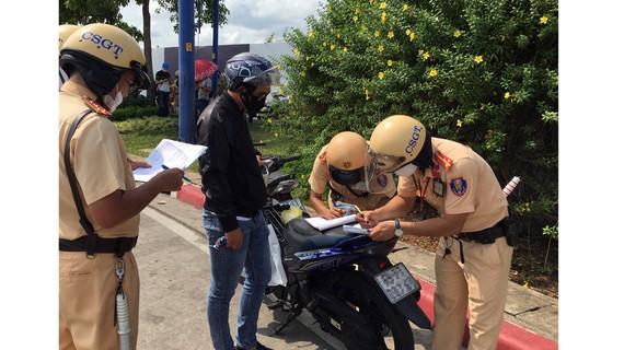 Xử lý vi phạm giao thông khi qua hầm sông Sài Gòn. Ảnh: CAO THĂNG