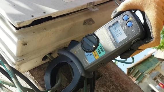 Sử dụng ampekim để đo dòng so lệch nhằm phát hiện khách hàng đảo cực tính. Ảnh: Điện lực Hà Tĩnh