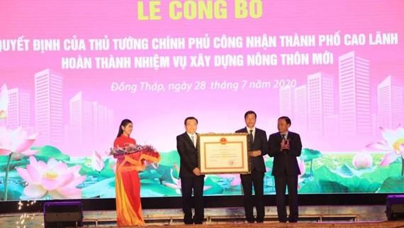 Lãnh đạo thành phố Cao Lãnh nhận quyết định hoàn thành xây dựng nông thôn mới