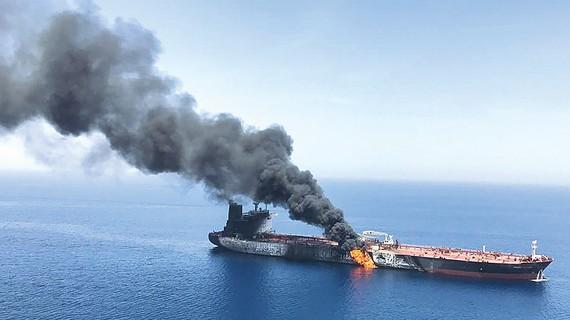 Tàu chở dầu bốc cháy ở eo biển Hormuz trong các cuộc tấn công bí ẩn mà Mỹ đổ lỗi cho Iran. Ảnh minh họa của AP