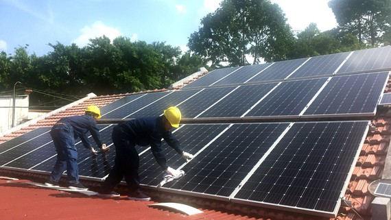 Nhân viên ngành điện thành phố lắp điện mặt trời cho hộ dân