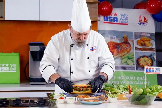 Vào bếp cùng đầu bếp Norbert Ehrbar với món gà Mỹ
