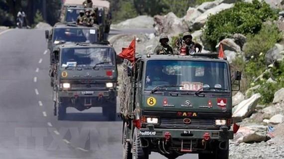 Xe quân sự tại đường ranh giới kiểm soát, khu vực biên giới Trung Quốc - Ấn Độ. Ảnh: NDTV/TTXVN