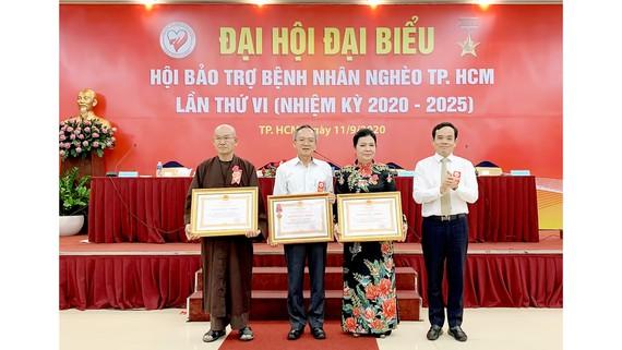 Đồng chí Trần Lưu Quang trao Huân chương Lao động hạng ba cho các tập thể và cá nhân