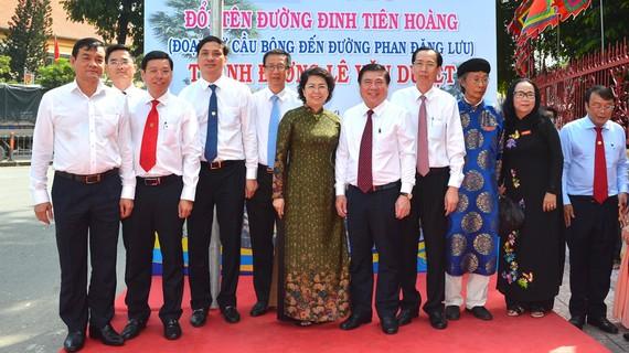 Chủ tịch UBND TPHCM Nguyễn Thành Phong cùng các đồng chí lãnh đạo TP, các đại biểu thực hiện nghi thức đặt tên đường Lê Văn Duyệt. Ảnh: VIỆT DŨNG