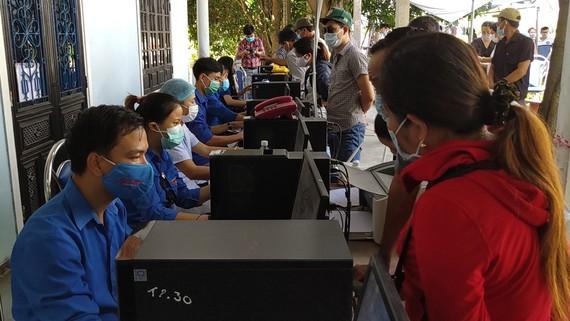 Người dân TP Đà Nẵng khai báo y tế trước khi đến tỉnh Thừa Thiên - Huế. Ảnh: NGUYỄN CƯỜNG