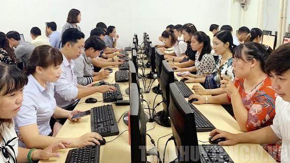 """Các thí sinh tham gia Vòng thi trắc nghiệm trực tuyến trên Chuyên trang điện tử """"Quận 9 học tập và làm theo Bác"""". Nguồn: Thanhuytphcm"""