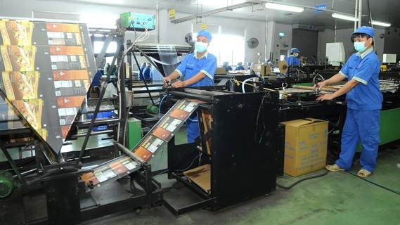 Sản xuất sản phẩm nhựa. Ảnh: CAO THĂNG