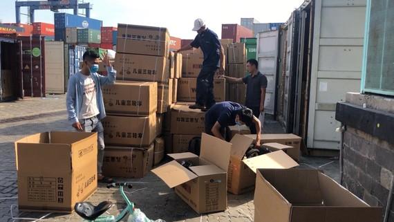 Cơ quan chức năng kiểm đếm hàng hóa có dấu hiệu vi phạm tại cảng Cát Lái, TPHCM. Ảnh: CAO THĂNG