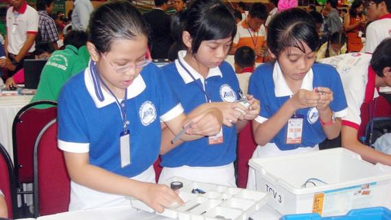 Học sinh TPHCM với sân chơi lắp ráp robotic