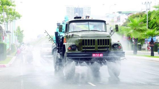 Lực lượng hóa học của quân đội phu khử khuẩn tại quận Sơn Trà, TP Đà Nẵng, vào chiều 3-8-2020