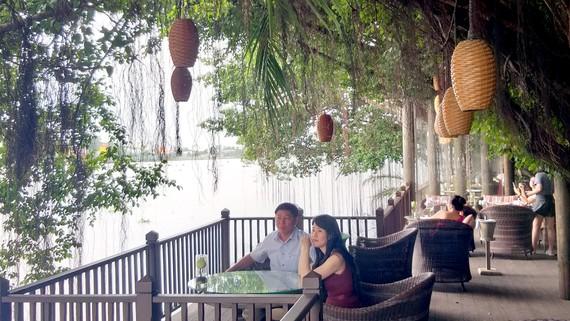Khách ngắm cảnh sông nước ven sông Sài Gòn đoạn qua TP Thuận An ở Resort An Lam Retreats