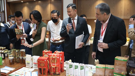 Các đại biểu thăm gian hàng trưng bày tại hội nghị