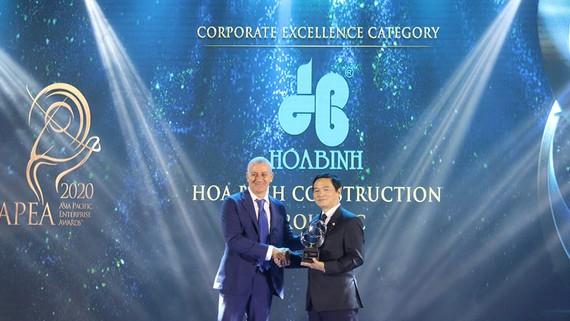 Ông Lê Viết Hải (bên phải), Chủ tịch HĐQT Tập đoàn Xây dựng Hòa Bình nhận giải thưởng Kinh doanh xuất sắc Châu Á 2020 (Asia Pacific Enterprise Awards - APEA)