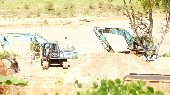 Mỏ cát của Công ty CP Xây dựng công trình Sông Hồng nằm ngay làng du lịch Kon Ktu, TP Kon Tum, tỉnh Kon Tum. Ảnh: HỮU PHÚC